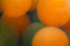 与泡影、果冻球和光的抽象水下的比赛 库存照片