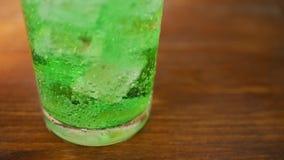 与泡影和冰的碳酸化合的苏打饮料 影视素材