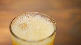 与泡影和冰的碳酸化合的苏打饮料 股票录像