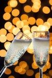 与泡影和bokeh光的两块香槟玻璃在后面 库存照片