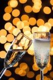 与泡影和bokeh光的两块香槟玻璃在后面 库存图片