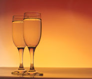 与泡影的两块香槟玻璃 库存图片