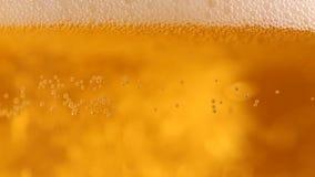 与泡影的在玻璃的啤酒和泡沫 股票录像