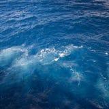 与泡影的搅动的蓝色海水 免版税库存照片