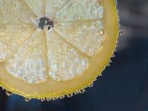 与泡影的柠檬切片 免版税库存照片