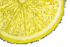 与泡影的柠檬在白色背景隔绝的水中 库存照片
