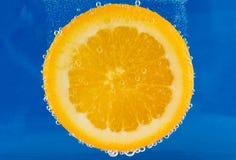 与泡影的橙色切片 免版税图库摄影