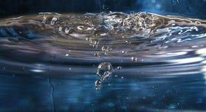 与泡影的水飞溅 免版税库存图片