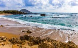 与泡沫似的冲洗的波浪的海景 免版税库存图片