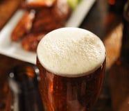 与泡沫似的头的啤酒 免版税库存照片