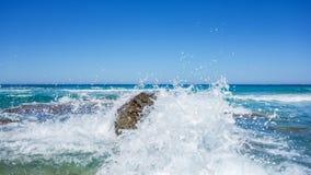 与泡沫和浪花的公海波浪 图库摄影