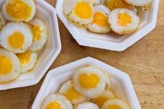 与泡沫板材的煎鹌鹑蛋 免版税库存图片