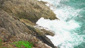 与泡沫海浪在岩石岸,海景的水波 股票视频