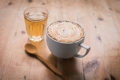 与泡沫牛奶艺术的热的咖啡,拿铁艺术咖啡& x28;被过滤的图象 库存照片