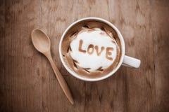 与泡沫牛奶艺术的热的咖啡,拿铁艺术咖啡 图库摄影