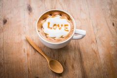 与泡沫牛奶艺术的热的咖啡,拿铁艺术咖啡 库存图片