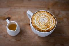 与泡沫牛奶艺术的热的咖啡,拿铁艺术咖啡 库存照片