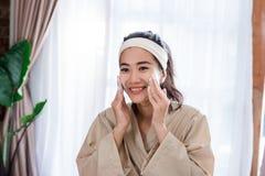 与泡沫的快乐的妇女脸面护理 免版税库存图片