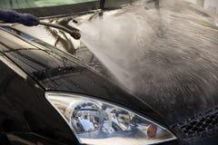 与泡沫的汽车洗涤的清洁和喂被迫使的水 免版税图库摄影
