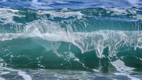 与泡沫的沿海海/海洋碰撞的波浪在它的上面 库存图片