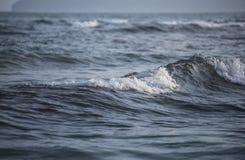 与泡沫的波浪 免版税图库摄影