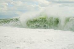 与泡沫的浪潮波浪 免版税图库摄影