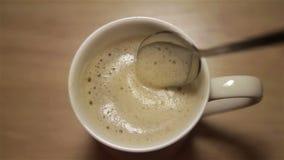 与泡沫的热奶咖啡在白色杯子 影视素材