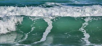 与泡沫的肋的海/海洋碰撞的波浪在它的上面 库存照片
