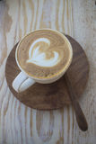 与泡沫装饰的热奶咖啡 免版税库存照片