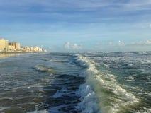 与泡沫辗压的大波浪在Daytona海滩岸的Daytona海滩,佛罗里达 库存图片