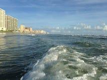 与泡沫辗压的大波浪在Daytona海滩岸的Daytona海滩,佛罗里达 免版税图库摄影