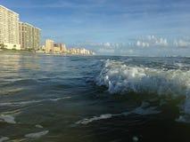 与泡沫辗压的大波浪在Daytona海滩岸的Daytona海滩,佛罗里达 图库摄影