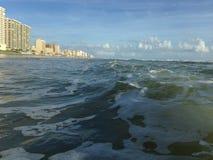 与泡沫辗压的大波浪在Daytona海滩岸的Daytona海滩,佛罗里达 免版税库存图片