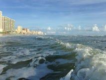 与泡沫辗压的大波浪在Daytona海滩岸的Daytona海滩,佛罗里达 免版税库存照片
