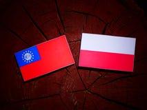 与波兰旗子的缅甸旗子在被隔绝的树桩 向量例证