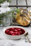 与波兰饺子uszka的甜菜根红色罗宋汤 库存照片