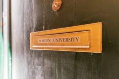 与波士顿大学的标志的邮箱槽孔与一点门圆环的 免版税图库摄影