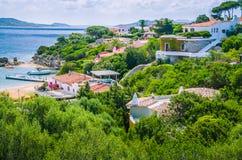 与波尔图拉斐尔,帕劳,撒丁岛,意大利白色房子和瓦屋顶的美丽的costline  库存图片