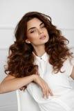 与波浪卷曲发型的美好的女孩模型 布朗头发颜色 免版税库存照片