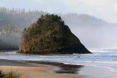 与波浪和大岩石的俄勒冈海岸 库存照片