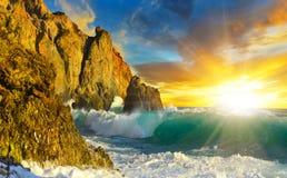 与波浪和岩石的美丽如画的海景在日出 免版税图库摄影