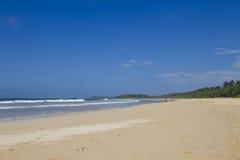 与波浪和沙子的大海湾 免版税库存图片