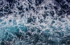 与波浪和泡沫的海洋表面 免版税库存图片