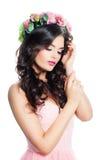 与波浪布朗头发的逗人喜爱的妇女时装模特儿有花的Wreat 免版税库存图片