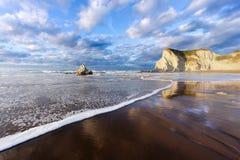 与波浪泡沫和反射的Sopelana海滩 库存照片
