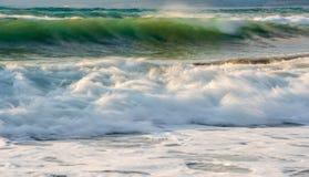 与波浪海洋的岩石海滨和碰撞在ro的风浪 库存照片