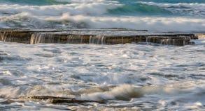 与波浪海洋的岩石碰撞在岩石的海滨和波浪 免版税库存图片