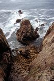 与波浪的岩石海岸线 库存图片