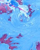 与波浪的抽象使有大理石花纹的蓝色树荫背景和飞溅 免版税库存照片