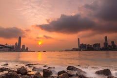与波浪的日落在香港维多利亚港口  免版税库存照片
